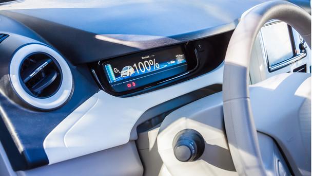 Blick in das Cockpit eines E-Autos.