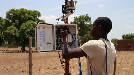 Doktoranden aus den WASCAL Doktoranden- und Forschungsprogrammen helfen bei der Wartung der Klimastationen und Erhebung von Klimadaten. Dano, Burkina Faso.