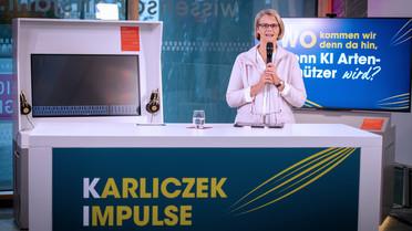 """Bundesforschungsministerin Anja Karliczek begrüßt die Gäste zur Diskussionsveranstaltung""""Karliczek. Impulse. Wie wir Künstliche Intelligenz nutzen wollen."""" im Wissenschaftsjahr2019."""