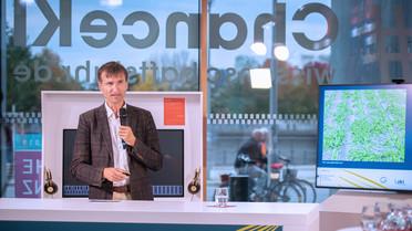 """Prof. Dr. Enno Bahrs, Universität Hohenheim, während seines Impulsvortrags zur Diskussionsveranstaltung""""Karliczek. Impulse. Wie wir Künstliche Intelligenz nutzen wollen."""" im Wissenschaftsjahr2019."""