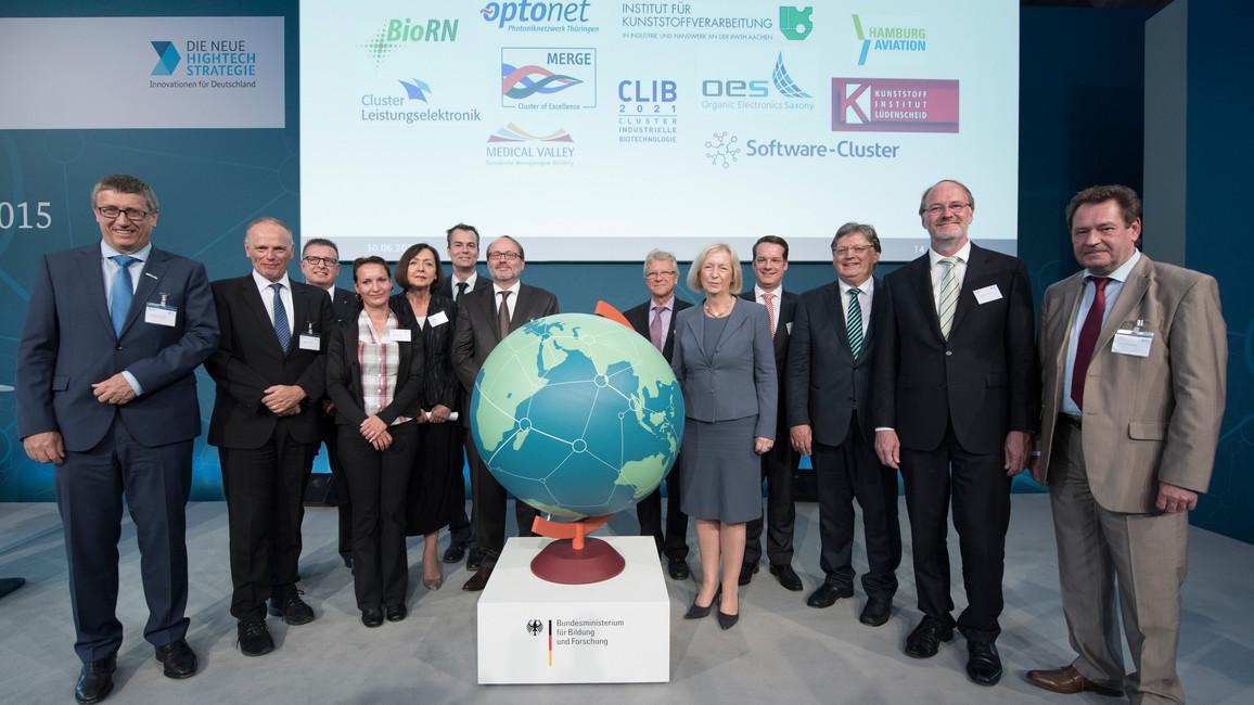 """Auszeichnung der erfolgreichen Bewerbungen in der ersten Runde der Fördermaßnahme """"Internationalisierung von Spitzenclustern, Zukunftsprojekten und vergleichbaren Netzwerken"""" auf der 3. BMBF-Clusterkonferenz 2015"""