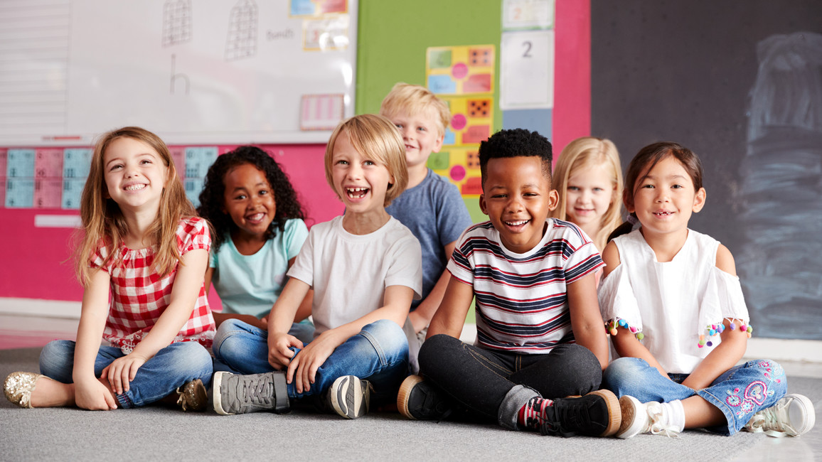 Lachende Schülerinnen und Schüler