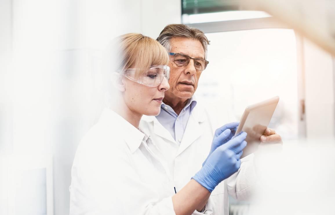 Wissenschaftler die Daten auf einem Tablet auswerten