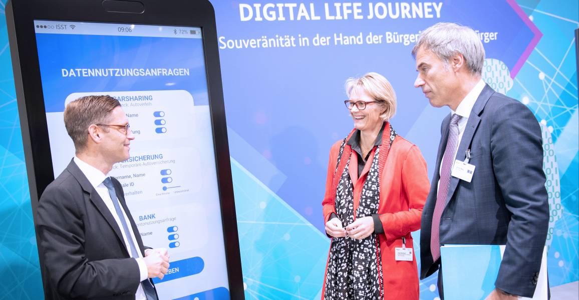 M am Stand von Digital Life Journey