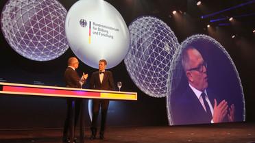 Staatssekretär Georg Schütte im Gespräch mit Stefan Schulze-Hausmann während der Verleihung