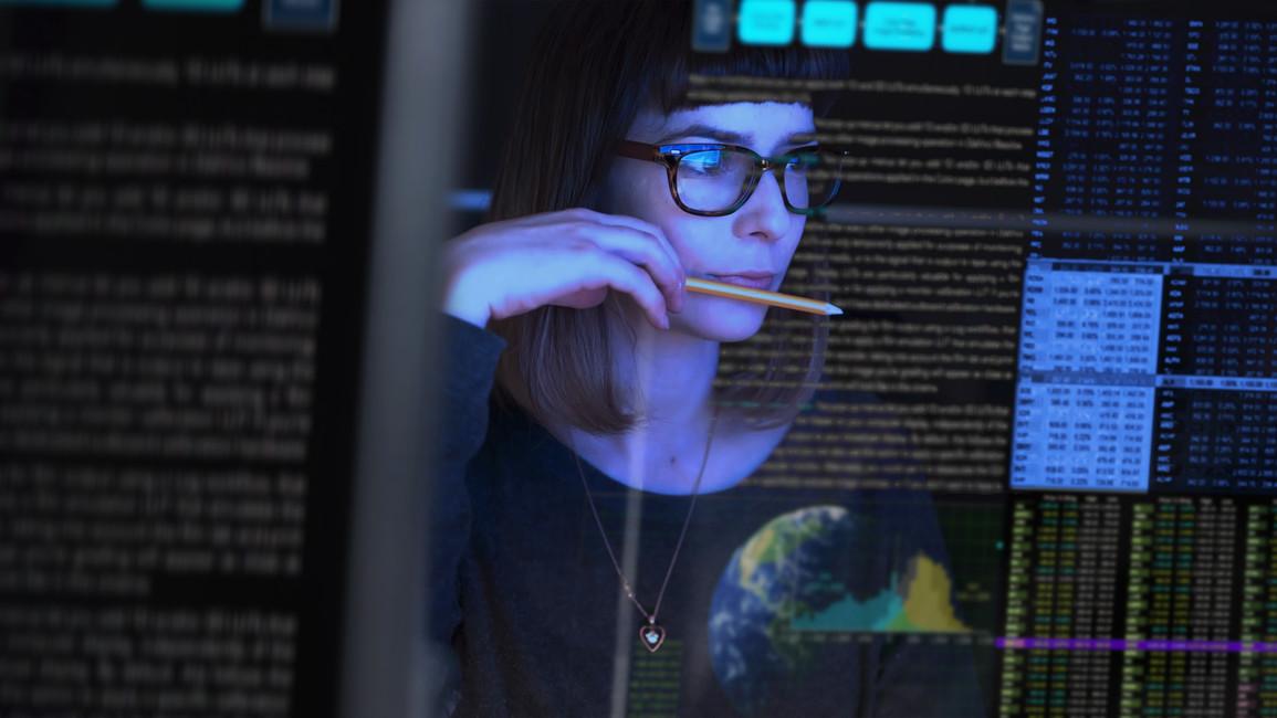 junge Frau die auf Daten schaut und diese analysiert