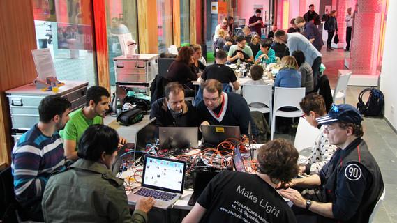 Die thematisch breit gefächerten Licht-Workshops lockten jede Menge Besucherinnen und Besucher ins Bundesforschungsministerium.