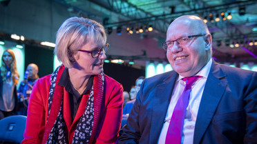 Anja Karliczek im Gespräch mit dem Gastgeber des Digital-Gipfels, Bundeswirtschaftsminister Peter Altmaier.