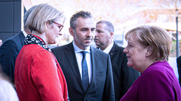 Bundeskanzlerin Angela Merkel wird von Bundesministerin Anja Karliczek auf dem Digital-Gipfel begrüßt.