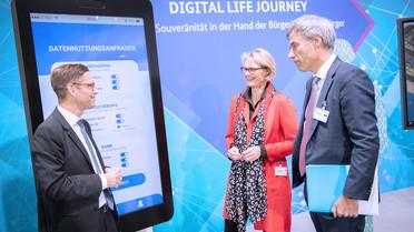 """Bundesministerin Anja Karliczek informierte sich zu Beginn ihres Besuchs auf dem Digital-Gipfel am Stand &quotDigital Life Journey""""."""