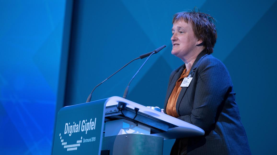 """Ina Schieferdecker, Leiterin der Abteilung Forschung für Digitalisierung und Innvationen im BMBF, sprach zum Thema &quotKI für und durch digitale Plattformen""""."""