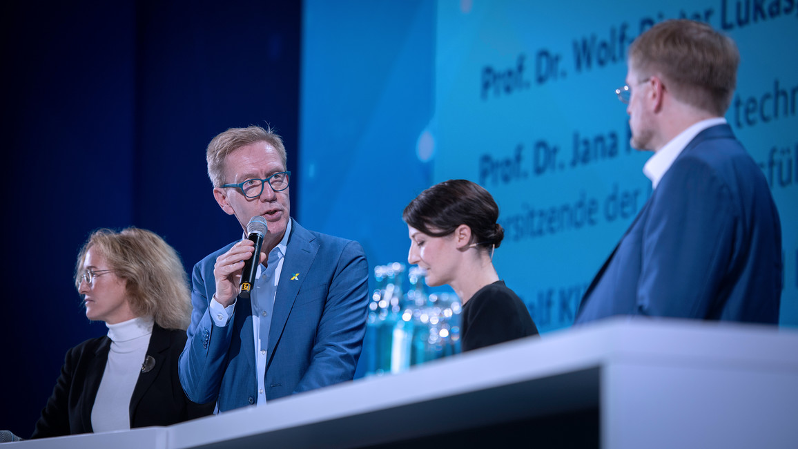 """Wolf-Dieter Lukas, Staatssekretär im Bundesministerium für Bildung und Forschung, eröffnete den Gipfel mit dem Panel &quotStrategie Künstliche Intelligenz - Deutschland auf dem Weg zum souveränen Standort""""."""