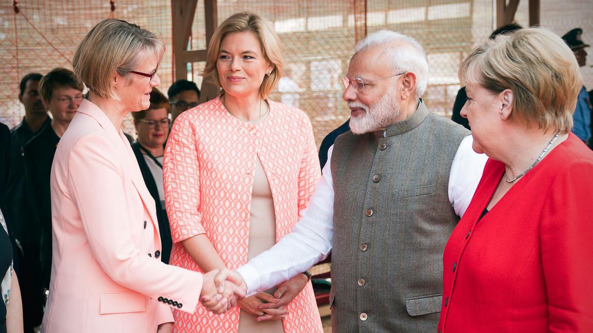 Narendra Modi, Premierminister von Indien, begrüßt Bundesministerin Anja Karliczek.