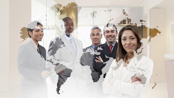 Geschäftsleute stehen hinter einer Weltkarte