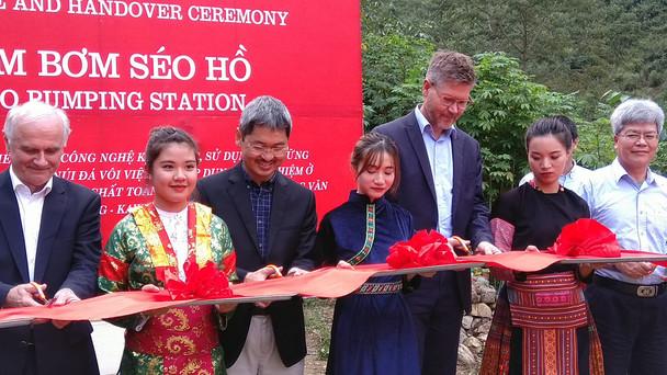 Vertreter des BMBF und der vietnamesischen Regierung weihen die neue Wasserförderanlage für das Dong Van Karst Plateau ein. Die Anlage verbessert die Versorgung von etwa 10.000 Einwohnern der Distrikthauptstadt Dong Van City und umliegender Siedlungen.