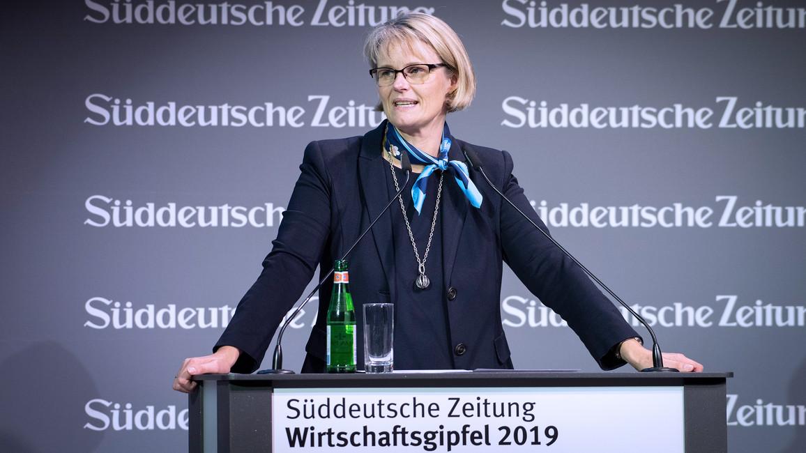 Bundesministerin Anja Karliczek während ihrer Rede im Rahmen des Wirtschaftsgipfels 2019 der Süddeutschen Zeitung.
