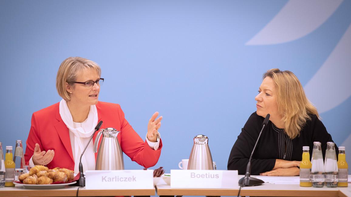 Bundesministerin Anja Karliczek neben Antje Boetius