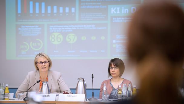 Bundesministerin Anja Karliczek in der Pressekonferenz aus Anlass des einjährigen Bestehens der KI-Strategie.