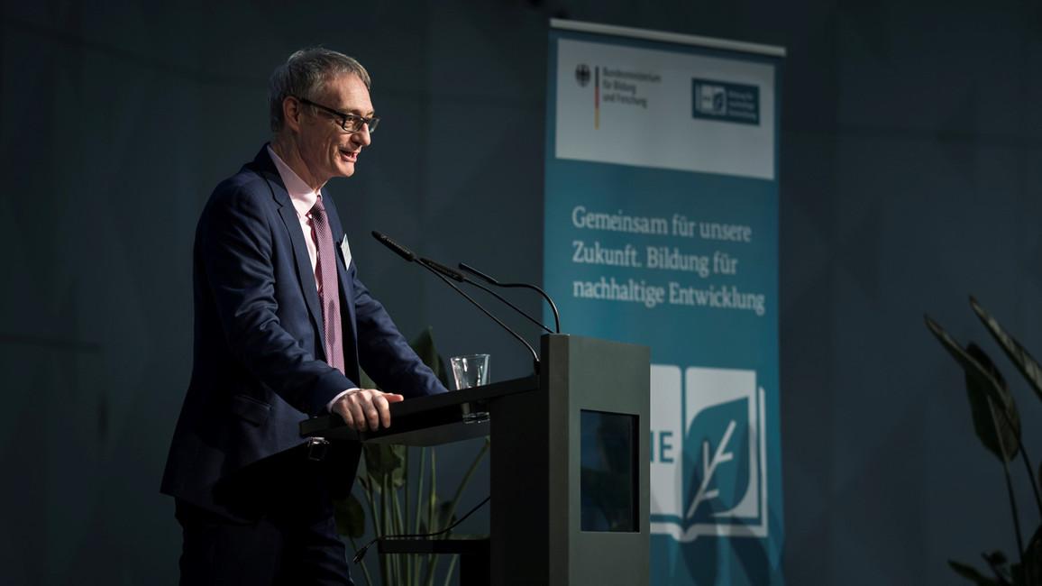 Staatssekretär Christian Luft eröffnet im Futurium die BNE Herbsttagung.