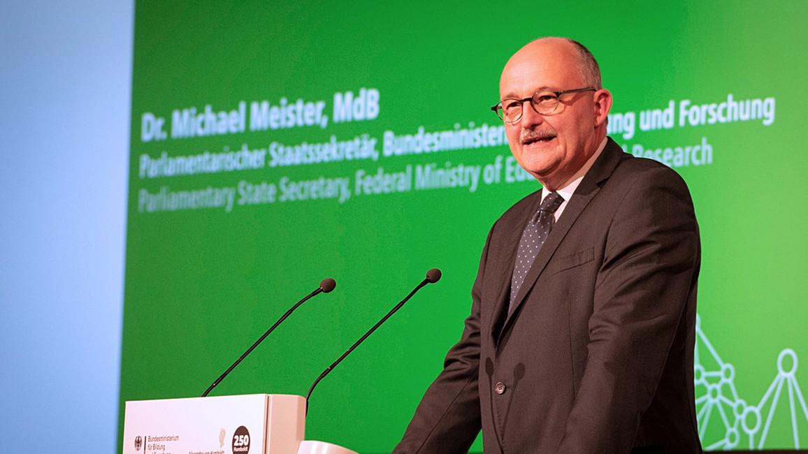 Parlamentarischer Staatssekretär Miachel Meister bei seiner Rede.
