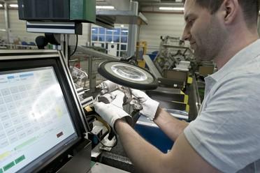 """Im Projekt """"EIBA"""" entwickeln Forschende eine digitale Technik, die gebrauchten Fahrzeugteilen ein zweites Leben ermöglicht."""