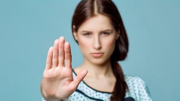 Mädchen signalisiert mit der Hand 'Stopp'