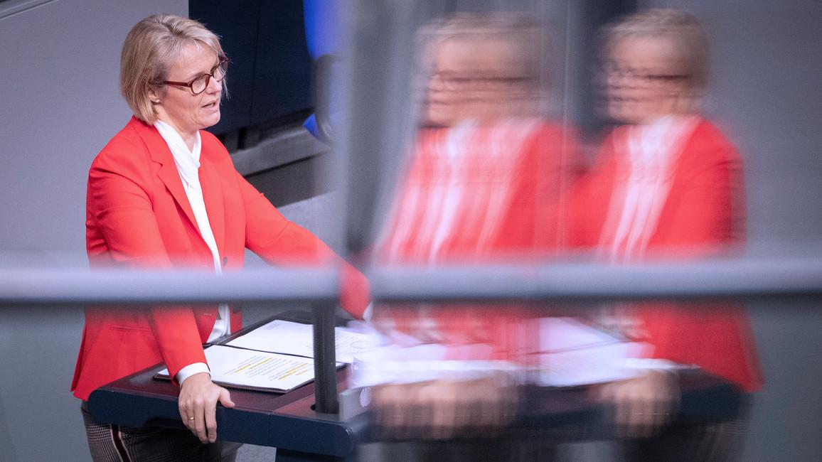 Bundesministerin Anja Karliczek bringt den Gesetzentwurf zur Änderung des Aufstiegsfortbildungsgesetzes (AFBG) in den Deutschen Bundestag ein.