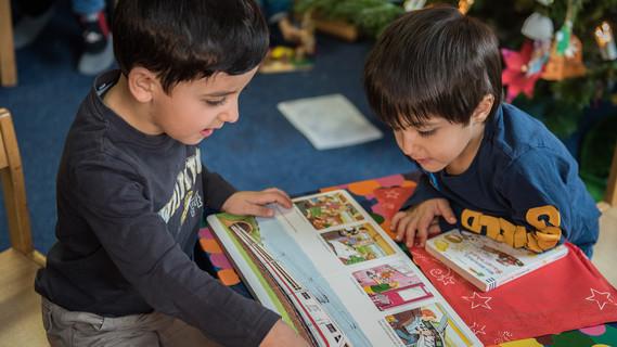 Flüchtlingskinder mit Buch