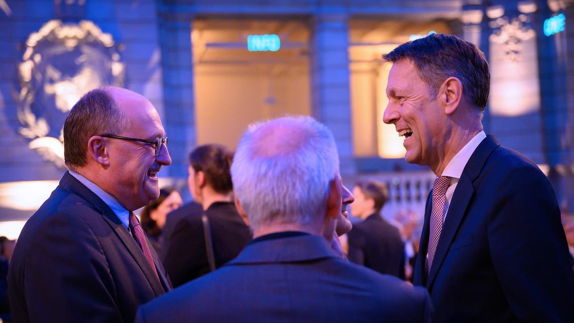 Michael Meister, Parl. Staatssekretär bei der Bundesministerin für Bildung und Forschung, im Grespräch mit dem früheren Staatssekretär im BMBF, Georg Schütte.