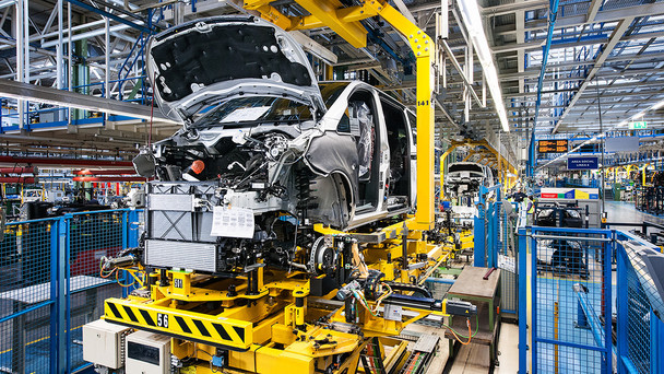 Karosserie und Getriebe eines Autos werden zusammengeführt.'Hochzeitsstation' in einem Werk der Daimler AG.