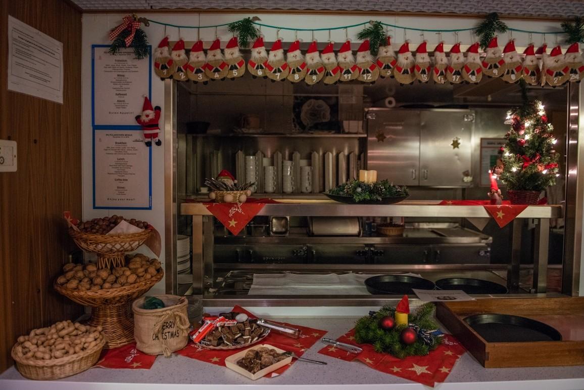 Auch auf der Polarstern geht es weihnachtlich zu: So war die Küche zum ersten Advent gescmückt.