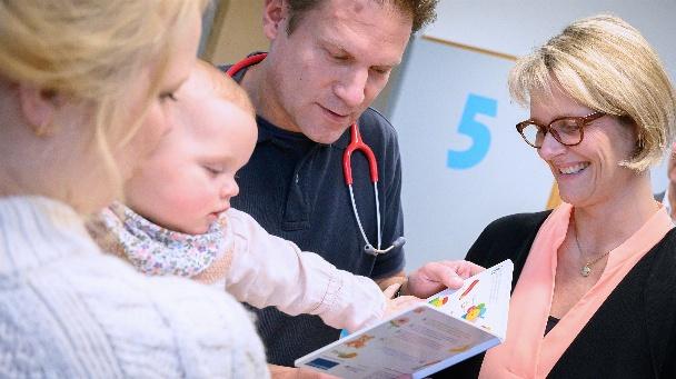 Bundesministerin Anja Karliczek besucht übergibt in einer Kinderaztpraxis im Rahmen der U6-Untersuchung ein Lesestartset an Thea und Felix.