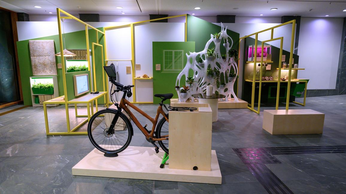 Blick in die gesamte Ausstellung: Sie zeigt, wo bioökonomische Innovationen heute schon in unserem Alltag angekommen sind.
