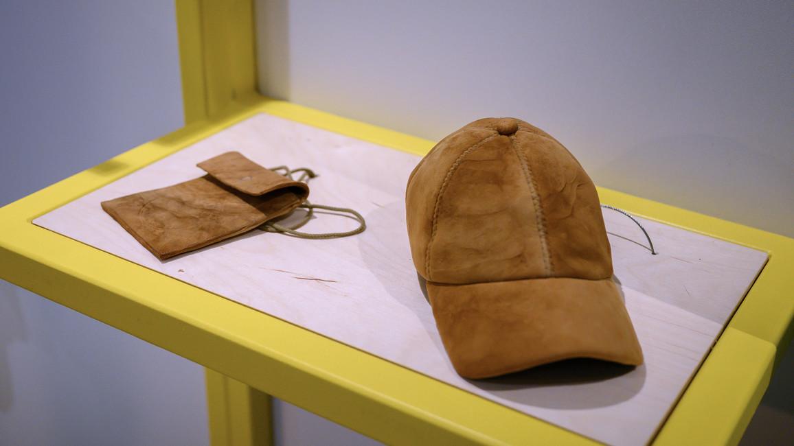 Kleidung und Taschen– hergestellt aus veganem Leder aus Pilzen.