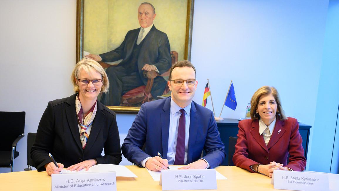 v.l.: Bundesforschungsministerin Anja Karliczek, Bundesgesundheitsminister Jens Spahn und Stella Kyriakidis, Kommissarin für Gesundheit und Verbraucherpolitik.