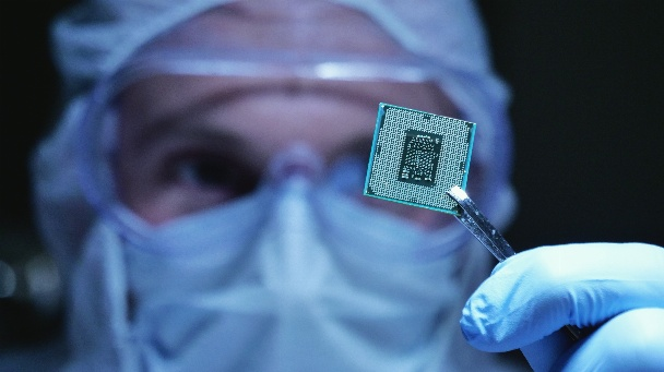 Laborant mit Mikrochip