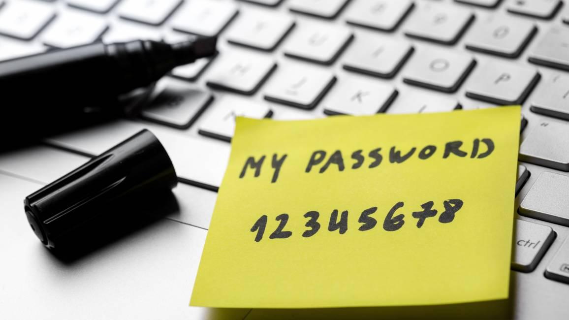 Computerpasswort auf einem Notizzettel