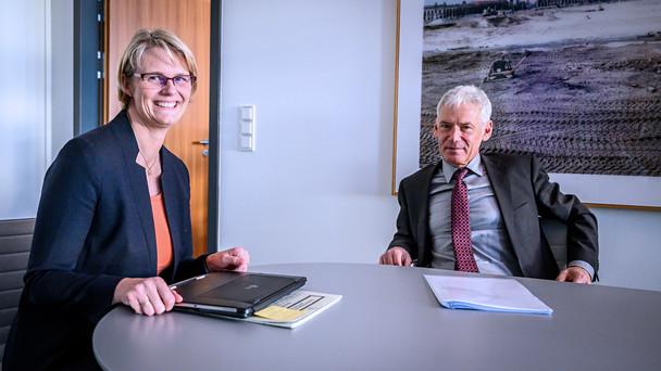 Bundesministerin Anja Karliczek im Gespräch mit Gerd Nettekoven, Vorstandsvorsitzender der Stiftung Deutschen Krebshilfe