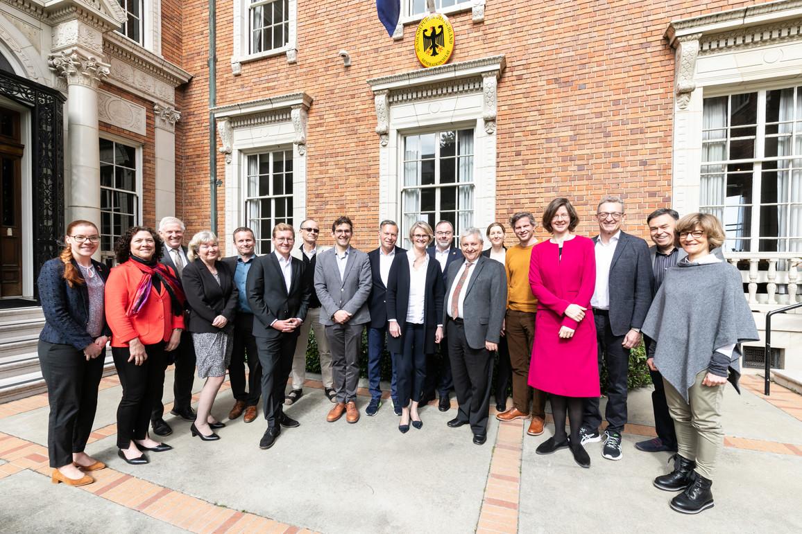 Bundesministerin Anja Karliczek nimmt zum Auftakt ihrer USA-Reise am Jahresempfang in der deutschen Residenz für Alumni deutscher Universitäten und deutschen Firmenvertreter teil.