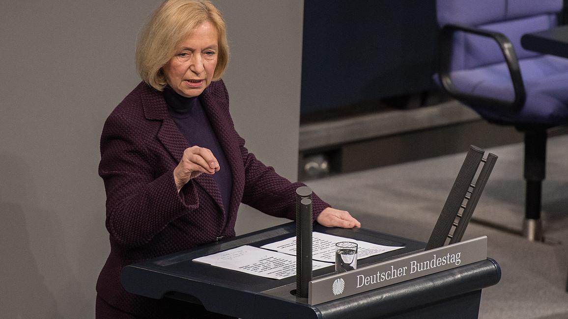 Johanna Wanka spricht im Plenum des Deutschen Bundestages