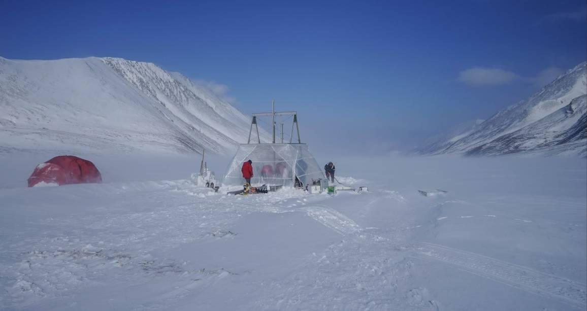 Das Forscherteam arbeitet auf dem zugefrorenen See Bolshoye Shuchye.