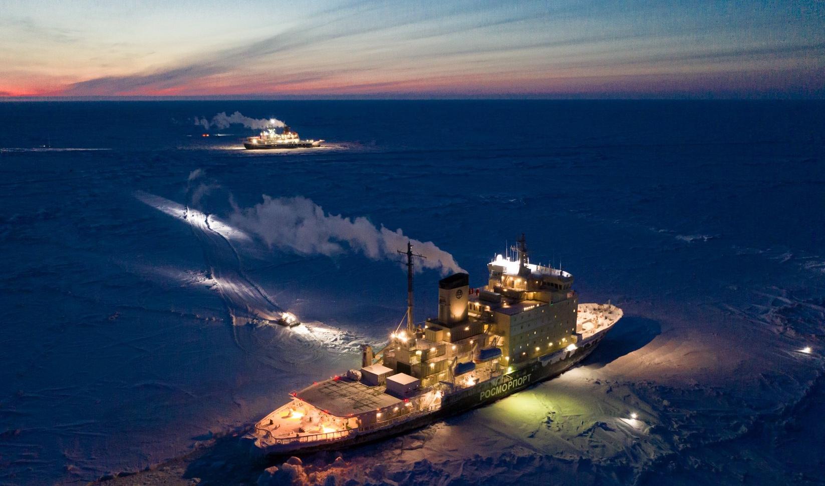 """Der Austausch von Material und Personal zwischen dem russischen Eisbrecher """"Kapitan Dranitsyn"""" (Vordergrund) und der 'Polarstern'."""