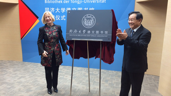 BM'in Wanka und ihr chinesischer Amtskollege Wan eröffnen Deutsche Bibliothek der Tongji-Universität in Shanghai. Es handelt sich um die größte deutschsprachige Bibliothek Asiens.
