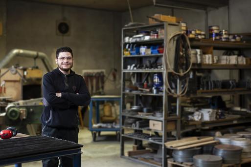 In einer Beratungsstelle des IQ Netzwerks in Bonn erfuhr Tarek Khouli aus Syrien von der Berufsanerkennung. Zwei Monate nach der Antragstellung bei der IHK FOSA erhielt er 2017 die volle Anerkennung. Seitdem arbeitet er in seinem Beruf als Industriemechaniker.