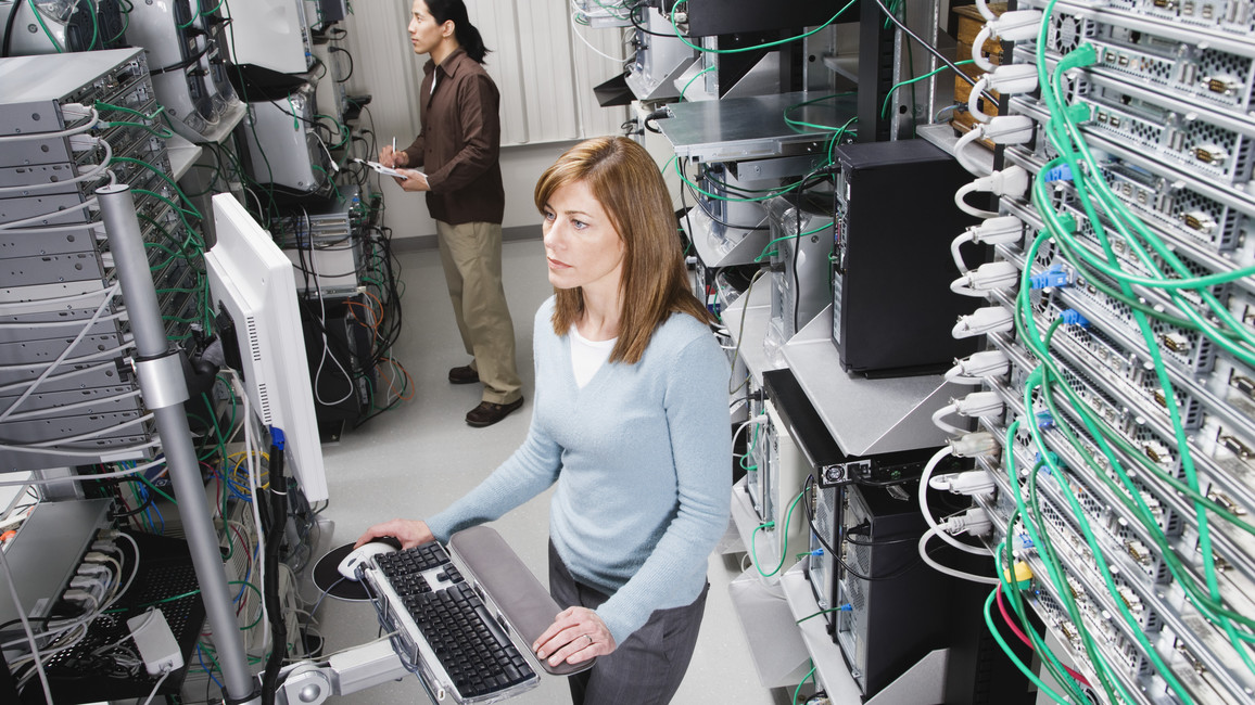 Techniker im Serverraum