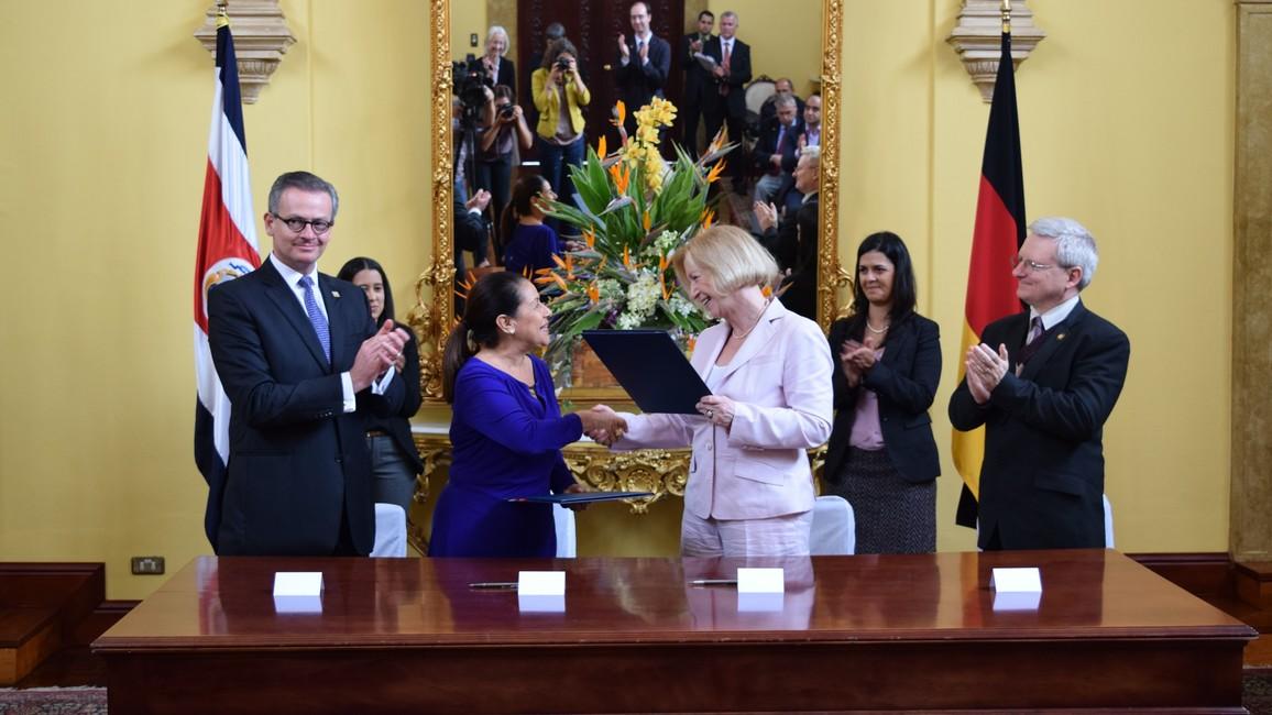 Bundesministerin Johanna Wanka bei einer Abkommensunterzeichnung in Costa Rica