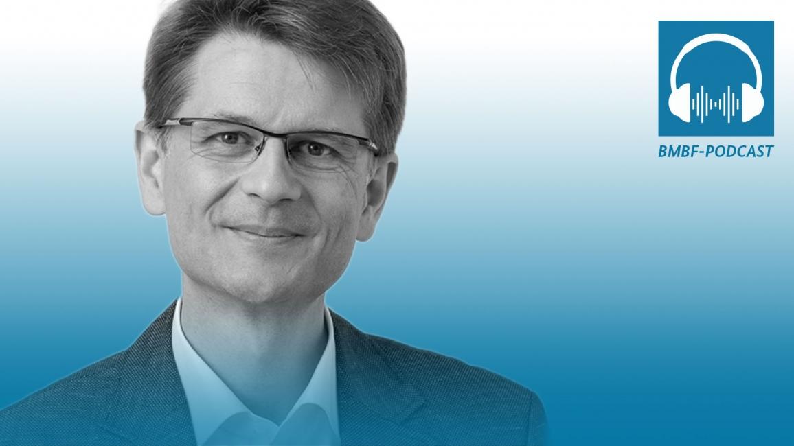Poster zum Audio FOLGE 1: IMPFSTOFFENTWICKLUNG – PROF. DR. HENGEL