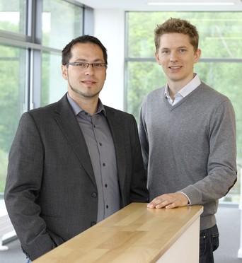 Zwei Wissenschaftler – eine Geschäftsidee: Dr. Stephan Binder und Dr. Georg Schaumann (re.) sind Preisträger des Innovationspreises NRW