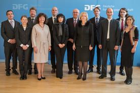 Bundesministerin Johanna Wanka und der Präsident der Deutschen Forschungsgemeinschaft mit den Preisträgerinnen und Preisträgern des Gottlieb Wilhelm Leibniz-Preises 2016