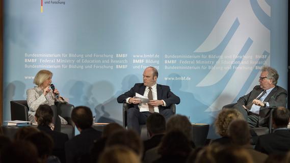 Bundesministerin Johanna Wanka in der Diskussion mit Axel Meyer